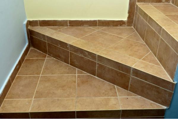 Плитку часто выбирают для отделки бетонных лестничных поверхностей - otdelat.ru