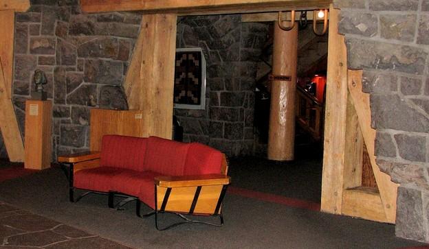 Дверной проём, отделанный натуральной древесиной - otdelat.ru