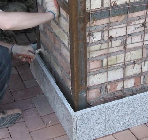 Сначала поверхность цоколя готовят для последующей отделки гранитом - otdelat.ru