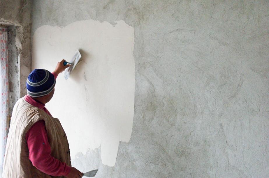 Штукатурка стен выполняется повсеместно - в самых разных помещениях. - otdelat.ru