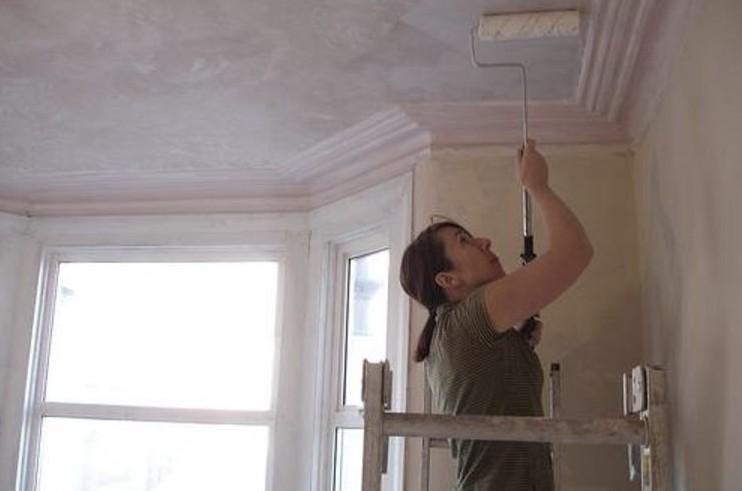 Человек без опыта устанет быстро, когда будет штукатурить потолок - otdelat.ru