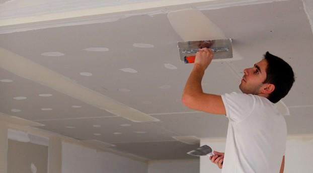 Поверхность потолка готовят к оштукатуриванию - otdelat.ru