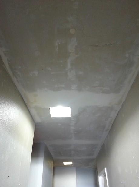 Не нужно быть опытным специалистом, чтобы зашпаклевать потолок под покраску - otdelat.ru