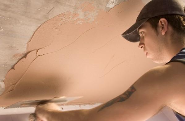 Деревянные потолки тоже выравнивают штукатуркой - otdelat.ru