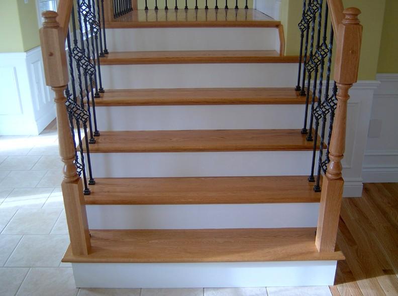 Даже деревянная лестница может иметь в наличии элементы из металла - otdelat.ru