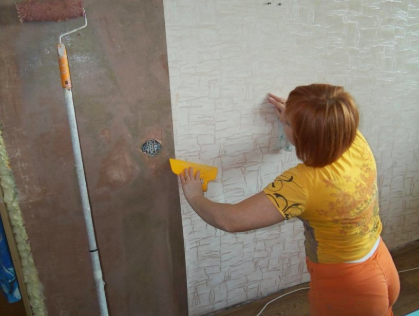 Обойные полотна посредством шпателя наносятся качественно, аккуратно - otdelat.ru