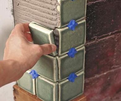Помните о специальных пластиковых элементах, которые помогают выдерживать шов определённой величины - otdelat.ru