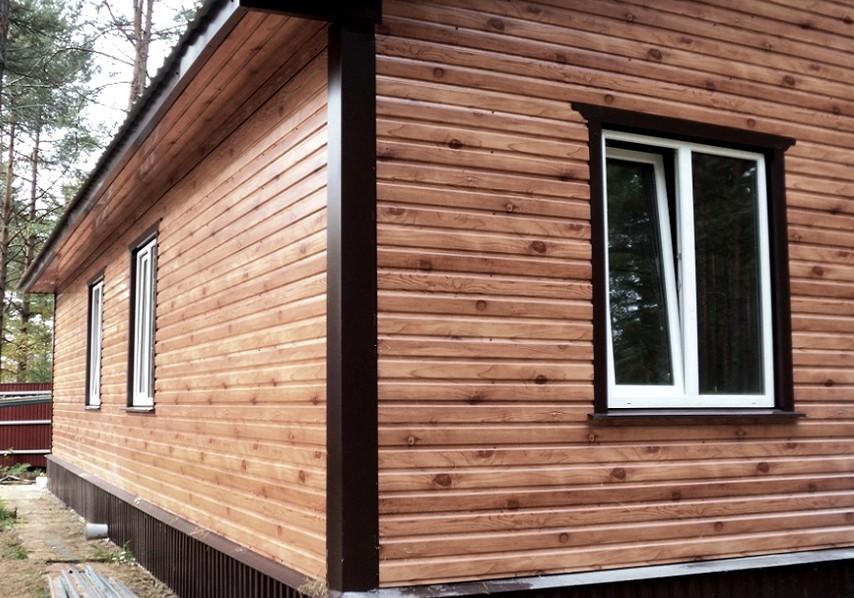 Современный профлист может натурально имитировать разные материалы - в том числе и древесину - otdelat.ru