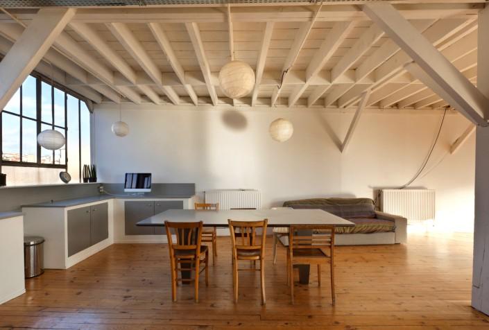 Потолочная отделка в виде несущих балок и стропил. Перед нами кухонный интерьер в деревенском стиле - otdelat.ru