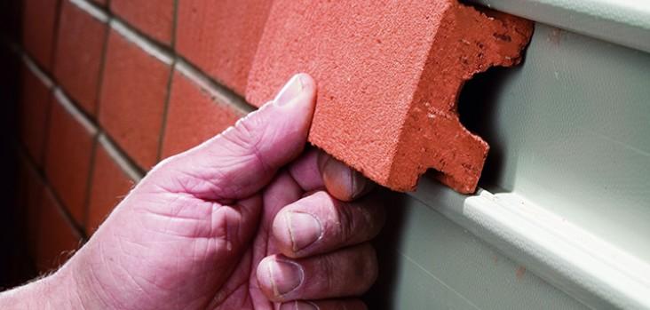 Если хочется отделать дом снаружи кирпичом, можно выбрать для этого клинкерную плитку - otdelat.ru