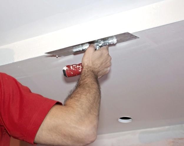 После отделки потолка гипсокартоном поверхность можно окрашивать, белить, оклеивать обоями и не только - otdelat.ru