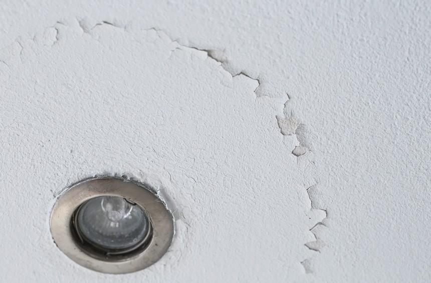 От подобных дефектов надо избавляться перед нанесением краски, иначе через какое-то время результат работы будет выглядеть также - otdelat.ru