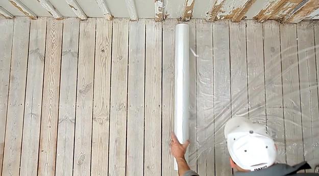 Перед окрашиванием фасада нужно подготовиться тщательно, закрыть поверхности, которые могут быть испачканы в процессе - otdelat.ru