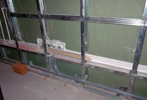 Каркас из металлического профиля для крепления панелей на балконе успешно построен - otdelat.ru