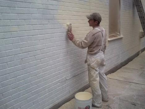 Хороший вариант - окрасить кирпичную стену - otdelat.ru