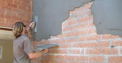 Штукатурные работы могут оказаться весьма трудоёмкими, потому стоит задуматься о других вариантах отделки кирпичной стены - otdelat.ru
