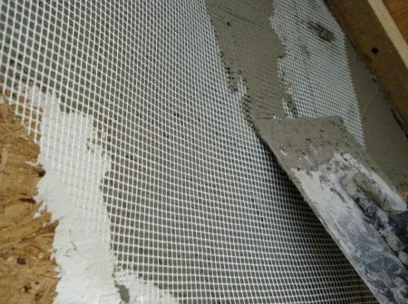В некоторых случаях при штукатурке применяют армирующую сетку - чтобы материал держался лучше - otdelat.ru