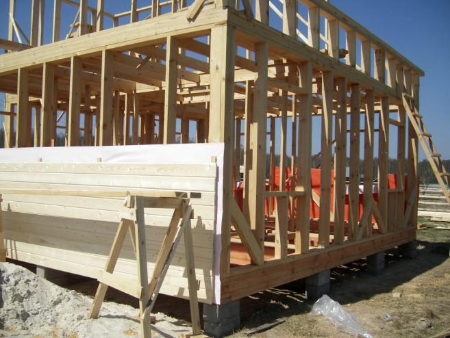 Возведение деревянного каркаса на строительной площадке - otdelat.ru