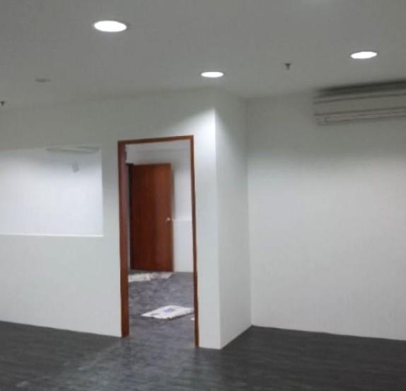 Пример того, как может выглядеть стена гипсокартонная с дверью - otdelat.ru